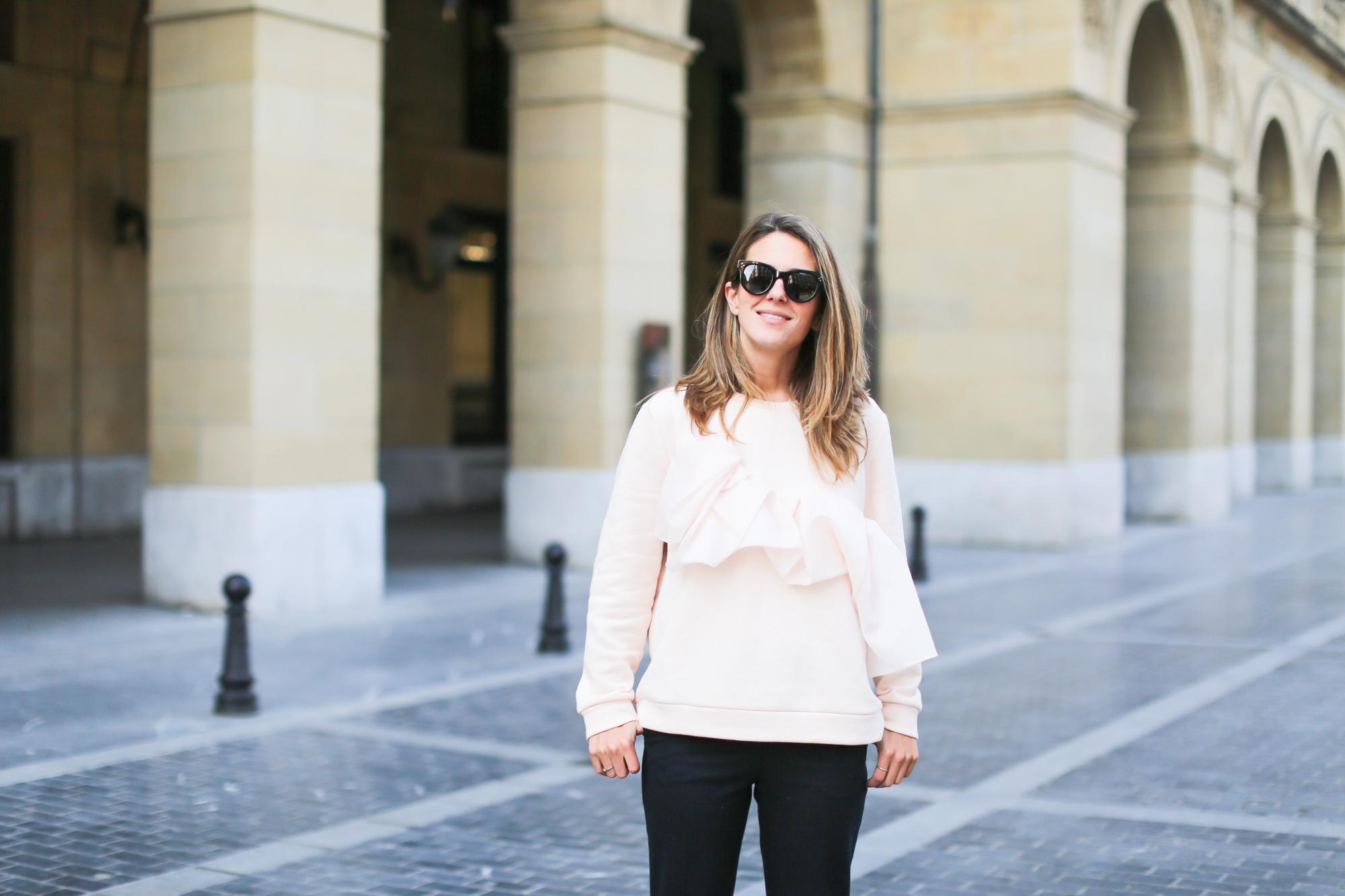 Clochet_streetstyle_fashionblogger_sudaderanudevolanteCOS_pantaloneschinoslanaCOS_adidasSambablancas-4