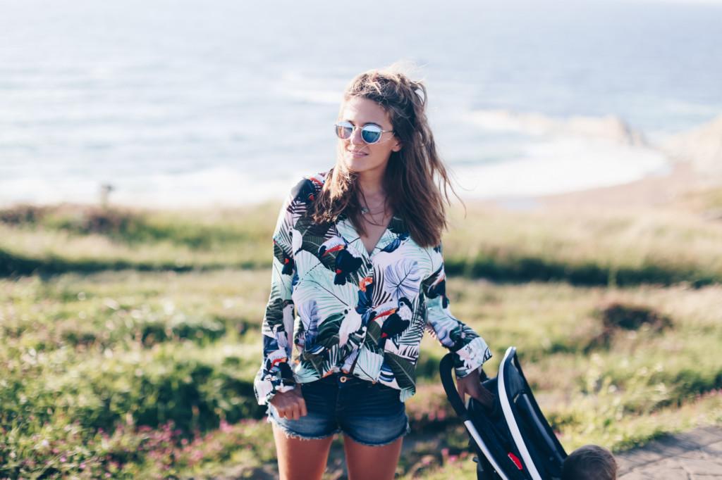 Mini shorts vaqueros y camisa estampado tropical